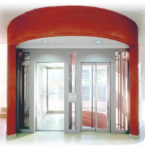 Dieser Aufzug ist Bestandteil des Treppenaufgangs. Die Rundungen des Aufgangs wurden für den Eingangsbereich des Aufzugs wieder aufgegriffen.