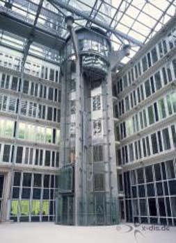 Dieser Aufzug führt durch die Glasdachkonstruktion, mit einem schönen Blick über Hamburg.