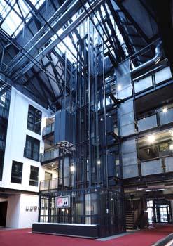 Der Aufzug ist eine offene Konstruktion, die sich sehr schön in das Gesamtkonzept des Hotels einfügt.