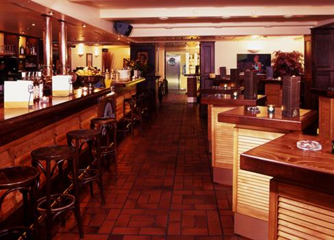 Architektur Aufnahme von der Bar im Lokal Elbterrassen.