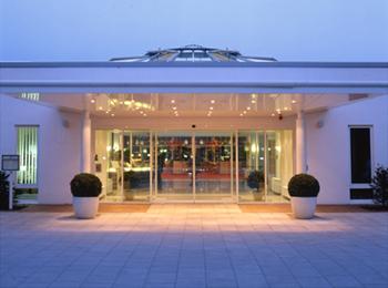 Architektur Aufnahme vom Eingangsbereich als Abendstimmung.